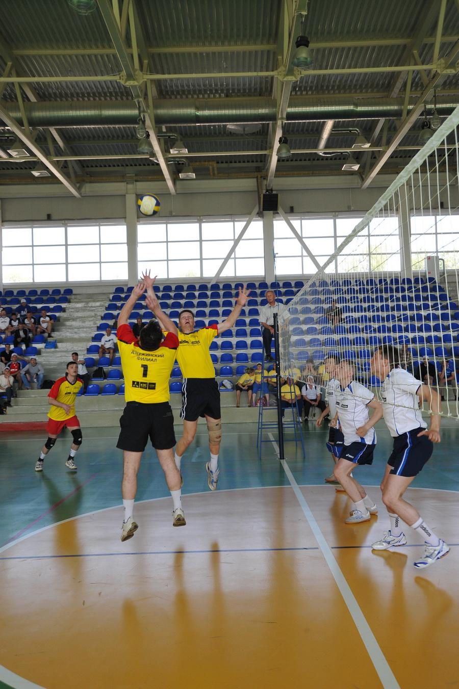 Соревновались в волейболе...